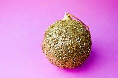 Χρυσή κίτρινη μικρή στρογγυλή γυαλιού πλαστική σφαίρα Χριστουγέννων χειμερινών έξυπνη λαμπρή διακοσμητική όμορφη Χριστουγέννων εο στοκ φωτογραφία με δικαίωμα ελεύθερης χρήσης