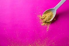 Χρυσή κίτρινη σκόνη καρυκευμάτων στο ξύλινο κουτάλι για τη γαστρονομική κουζίνα Στοκ εικόνες με δικαίωμα ελεύθερης χρήσης
