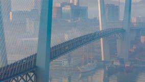 Χρυσή καλώδιο-μένοντη κυκλοφορία οδικών αυτοκινήτων γεφυρών άνωθεν απόθεμα βίντεο