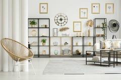 Χρυσή καρέκλα στο εσωτερικό διαμερισμάτων Στοκ φωτογραφία με δικαίωμα ελεύθερης χρήσης