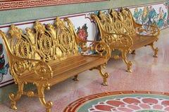 Χρυσή καρέκλα στο πάρκο Στοκ φωτογραφίες με δικαίωμα ελεύθερης χρήσης