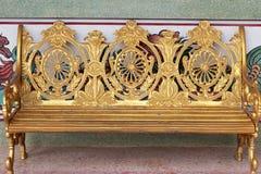 Χρυσή καρέκλα στο πάρκο Στοκ φωτογραφία με δικαίωμα ελεύθερης χρήσης