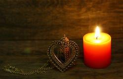 Χρυσή καρδιά και καίγοντας κερί Στοκ εικόνες με δικαίωμα ελεύθερης χρήσης