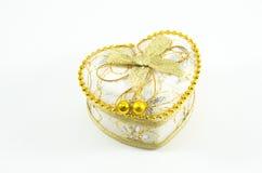 Χρυσή καρδιά σε ένα άσπρο υπόβαθρο Στοκ Φωτογραφίες