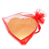 Χρυσή καρδιά στην κόκκινη σακούλα Στοκ εικόνα με δικαίωμα ελεύθερης χρήσης
