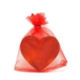 Χρυσή καρδιά στην κόκκινη σακούλα Στοκ φωτογραφία με δικαίωμα ελεύθερης χρήσης