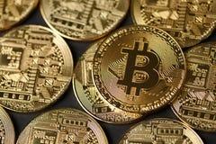 Χρυσή κινηματογράφηση σε πρώτο πλάνο νομισμάτων Bitcoin Στοκ φωτογραφία με δικαίωμα ελεύθερης χρήσης