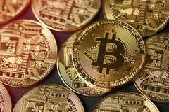 Χρυσή κινηματογράφηση σε πρώτο πλάνο νομισμάτων Bitcoin Στοκ Εικόνες