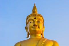 Χρυσή κινηματογράφηση σε πρώτο πλάνο του Βούδα στο μπλε ουρανό Στοκ φωτογραφίες με δικαίωμα ελεύθερης χρήσης