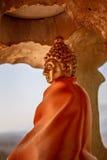 Χρυσή κοιλότητα με το κομψό χρυσό άγαλμα του Βούδα ντυμένο στην πορτοκαλιά βουδιστική τήβεννο Στοκ φωτογραφίες με δικαίωμα ελεύθερης χρήσης