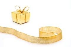 χρυσή κορδέλλα δώρων κιβωτίων Στοκ Φωτογραφίες