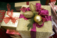 Χρυσή κορδέλλα σφαιρών κιβωτίων δώρων Στοκ Εικόνα
