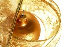 χρυσή κορδέλλα Χριστουγέννων μπιχλιμπιδιών Στοκ εικόνα με δικαίωμα ελεύθερης χρήσης