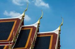 Χρυσή κορυφή αετωμάτων στη στέγη του ταϊλανδικού ναού, Μπανγκόκ Στοκ Εικόνες