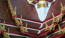 Χρυσή κορυφή αετωμάτων στη στέγη του ταϊλανδικού ναού, Μπανγκόκ Στοκ Φωτογραφίες