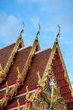 Χρυσή κορυφή αετωμάτων στη στέγη του ταϊλανδικού ναού, Μπανγκόκ Στοκ φωτογραφία με δικαίωμα ελεύθερης χρήσης