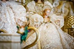 Χρυσή κούκλα πορσελάνης για τα Χριστούγεννα στοκ εικόνα