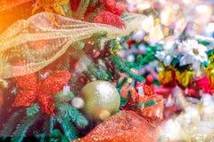 Χρυσή κρεμώντας διακόσμηση σφαιρών για το χριστουγεννιάτικο δέντρο Λαμπρό ελαφρύ υπόβαθρο διακοσμήσεων Χριστουγέννων φλογών εύθυμ Στοκ Εικόνες
