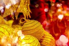 Χρυσή κρεμώντας διακόσμηση σφαιρών για το χριστουγεννιάτικο δέντρο Λαμπρό ελαφρύ υπόβαθρο διακοσμήσεων Χριστουγέννων φλογών εύθυμ Στοκ φωτογραφία με δικαίωμα ελεύθερης χρήσης
