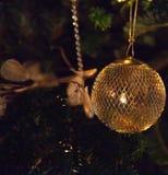Χρυσή κρεμώντας διακόσμηση Χριστουγέννων Στοκ φωτογραφία με δικαίωμα ελεύθερης χρήσης