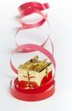 χρυσή κόκκινη κορδέλλα δώ&r Στοκ Φωτογραφίες