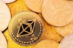 Χρυσή λαμπρή κινηματογράφηση σε πρώτο πλάνο νομισμάτων Ethereum Στοκ Εικόνες