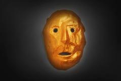 Χρυσή μάσκα στο ύφος των των Αζτέκων Ινδών ενάντια σε μια σκοτεινή ΤΣΕ Στοκ φωτογραφία με δικαίωμα ελεύθερης χρήσης