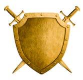 Χρυσή μεσαιωνική ασπίδα καλύψεων των όπλων και δύο ξίφη που απομονώνονται στοκ εικόνες με δικαίωμα ελεύθερης χρήσης