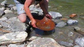 Χρυσή μεταλλεία ψηγμάτων από τον ποταμό φιλμ μικρού μήκους