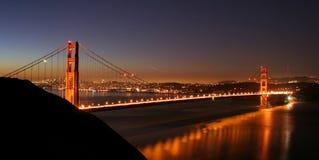 χρυσή νύχτα πυλών γεφυρών Στοκ εικόνες με δικαίωμα ελεύθερης χρήσης