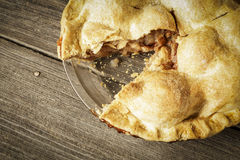 Χρυσή πίτα της Apple σε αγροτικό Barnwood με μια φέτα Στοκ Φωτογραφίες