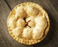 Χρυσή πίτα της Apple σε αγροτικό Barnwood Στοκ Φωτογραφία