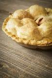 Χρυσή πίτα της Apple σε αγροτικό Barnwood Στοκ φωτογραφίες με δικαίωμα ελεύθερης χρήσης