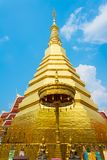Χρυσή παγόδα mai Chiang στην επαρχία Ταϊλάνδη στοκ εικόνες