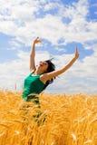χρυσή πηδώντας γυναίκα σίτου Στοκ φωτογραφία με δικαίωμα ελεύθερης χρήσης