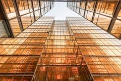 Χρυσή πρόσοψη πύργων κτιρίου γραφείων χρώματος στο εμπορικό κέντρο Στοκ Φωτογραφία