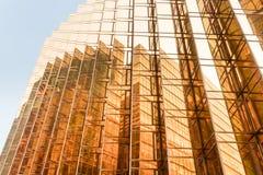 Χρυσή πρόσοψη πύργων κτιρίου γραφείων χρώματος στο εμπορικό κέντρο Στοκ Εικόνα