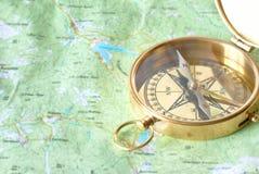 Χρυσή πυξίδα στο χάρτη Στοκ εικόνες με δικαίωμα ελεύθερης χρήσης