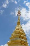 Χρυσή πυραμίδα στο ναό της Ταϊλάνδης με το ζωηρόχρωμο μπλε ουρανό στο φως του ήλιου απογεύματος και τη σκιά στην ηλιόλουστη καιρι Στοκ Εικόνες