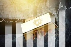 Χρυσή ράβδος με το σύμβολο του διαγράμματος Bitcoin και αύξησης Στοκ Φωτογραφίες