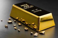 Χρυσή ράβδος και ψήγματα στοκ φωτογραφία με δικαίωμα ελεύθερης χρήσης