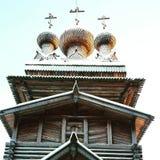 χρυσή ρωσική ξύλινη εκκλησία σε Arhangelsk Στοκ Εικόνα