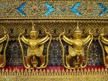 Χρυσή σειρά αγαλμάτων naga εκμετάλλευσης garuda με τη διακοσμητική διακόσμηση Στοκ Φωτογραφία