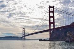 Χρυσή σκιαγραφία γεφυρών πυλών από την αποβάθρα Moore Rd μια νεφελώδη ημέρα στοκ φωτογραφία