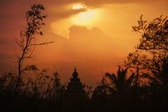 Χρυσή σκιαγραφία ηλιοβασιλέματος του ναού Mahabalipuram Στοκ εικόνα με δικαίωμα ελεύθερης χρήσης