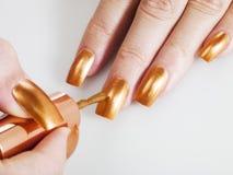 χρυσή στιλβωτική ουσία καρφιών Στοκ φωτογραφία με δικαίωμα ελεύθερης χρήσης