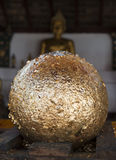 Χρυσή σφαίρα από τα χρυσά φύλλα που επιδιορθώνουν στο βουδιστικό ναό Στοκ εικόνα με δικαίωμα ελεύθερης χρήσης