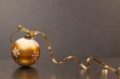 Χρυσή σφαίρα Χριστουγέννων και χρυσή κορδέλλα Στοκ φωτογραφία με δικαίωμα ελεύθερης χρήσης