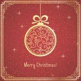 Χρυσή σφαίρα Χριστουγέννων με το σχέδιο στροβίλου και λαμπρός στο κόκκινο υπόβαθρο ελεύθερη απεικόνιση δικαιώματος