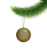 Χρυσή σφαίρα Χριστουγέννων στον κλάδο πεύκων διανυσματική απεικόνιση